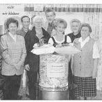 Elisabeth Kraus (rechts), Josefine Steffens (links), Elisabeth Struck (Dritte von links), Paul Heidenreich (Vierter von links), Walter Fehle (Sechster von links).  Die Geschäftsinhaber Manfred und Brigitte Hauke gratulieren.