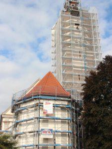 Wie von dem Verpackungskünstler Christo verhüllt, zeigen sich schon von weitem Langhaus und Turm der Ettringer Pfarrkirche. Bild mindelheimer-zeitung.de