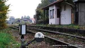 """Fast in einem """"Dornröschenschlaf"""" befindet sich der Ettringer Bahnhof – er könnte aber bald """"wachgeküsst"""" werden, wenn es nach dem Willen der Landkreispolitik und der Staudenbahn geht. Wenn alles klappt, könnten ab 2022 wieder Züge zwischen Türkheim und Ettringen fahren. Foto Reinhard Stegen"""