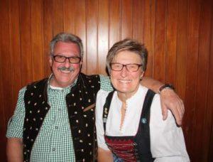 Sichtlich stolz ist auch Ehemann Reinhold, der durchaus zu schätzen weiß, welchen Schatz er da an seiner Seite hat. Foto: pae