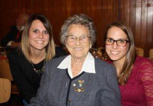 Gesundheitlich etwas angeschlagen, hat sich Maria Vorleiter von ihren beiden Enkelinnen Beatrix (links) und Patrizia Brunnenmeier begleiten lassen – ein Wunsch, den sie ihrer Oma nur zu gerne erfüllten.   Foto:  Unterallgäuer Rundschau pae