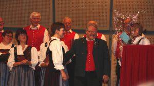 """Können sich """"glücklich schätzen, so jemanden zu haben"""": Chorleiter Thomas Müller (Mitte) und Liederkranz-Vorsitzende Christa Stiegeler (rechts) bedankten sich im Anschluss bei Karin Hartig für deren Begleitung am Klavier. Ein kleines Präsent gab's obendrein. Foto Mindelheimer Zeitung"""