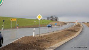 Gut ein halbes Jahr lang mussten Autofahrer zwischen Höfen und Forsthofen Geduld mitbringen, jetzt ist das Teilstück der Staatsstraße 2017 fertig. Doch noch immer fehlt ein 650 Meter langes Teilstück, dessen endgültiger Ausbau am Widerstand des Grundstücksbesitzers scheitert. Nun droht sogar ein möglicherweise langwieriges Enteignungsverfahren.