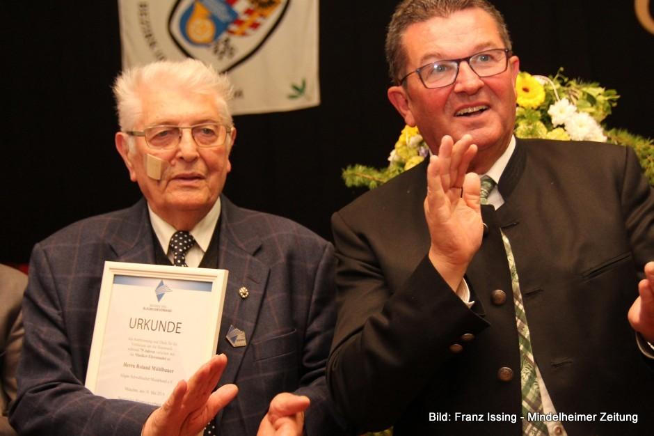 Für Roland Mühlbauer (links) musste erstmal ein passender Orden bestellt werden, denn noch nie wurde im ASM-Bezirk 10 ein aktiver Musiker für 75 Jahre Mitgliedschaft ausgezeichnet. Entsprechend stolz und begeistert war ASM-Präsident Franz-Josef Pschierer, der die Auszeichnung vornahm.