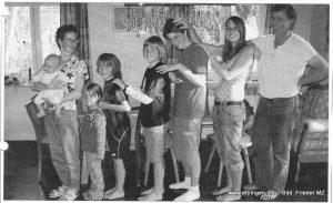 Vater Michael, Bärbel (18), Jürgen (15), Martin (12), Roland (10), Carola (4) und Mutter Gabriele mit dem zwei Monate alten Baby Simon.