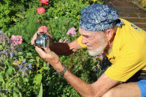 Manfred Kast in Aktion. Etwa 200 Pflanzen hat der Naturfreund in Bad Wörishofen und den Stadtteilen bereits fotografiert und dokumentiert. Am Ziel ist er noch lange nicht, denn das Projekt ist enorm. Foto Mindelheimer Zeitung