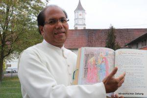 Pater Michael liest gerne in seiner handgeschriebenen Bibel. Der gebürtige Inder feiert am Sonntag in seiner Pfarrgemeinde in Ettringen sein Silbernes Priesterjubiläum. Längst ist er heimisch geworden in Ettringen und dem Unterallgäu – nur mit dem hiesigen Dialekt hat er noch so seine Schwierigkeiten.
