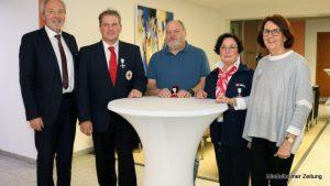 Landrat Hans-Joachim Weirather händigte das Ehrenzeichen des bayerischen Innenministers an Michael Schröter, Edwin Grüllmayer, Rodica Rogg und Margit Schorer (von links) aus.