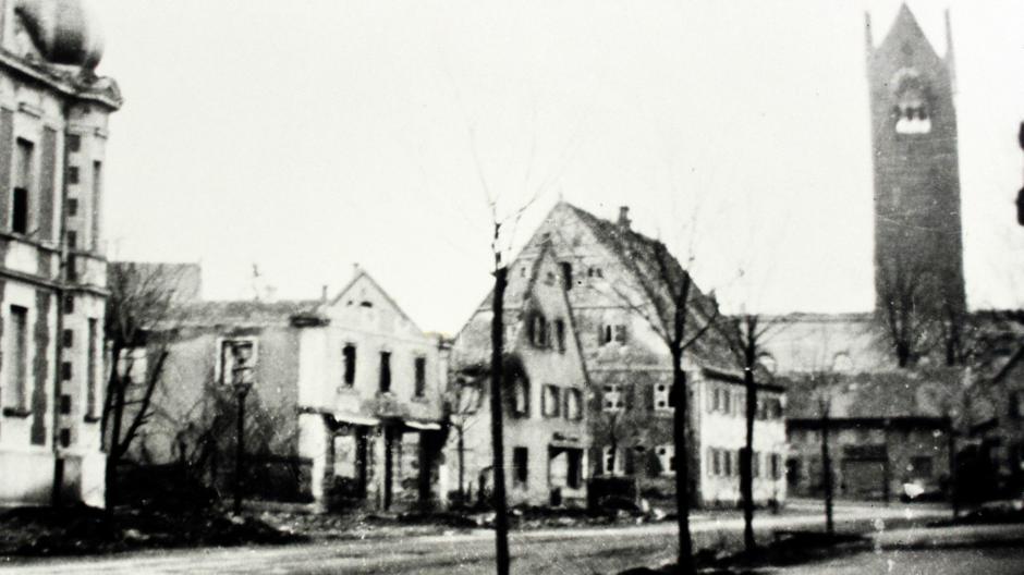Ein Bild der Verwüstung: So sah die Fuggerstraße nach dem Bombenangriff aus. Das Gebälk des Kirchturms war bereits in sich zusammengestürzt.