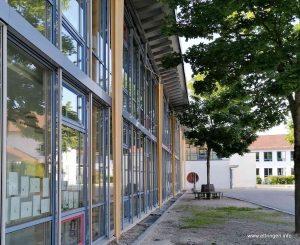 Im Fenster der neuen Schule sind viele Gemälde zu bewundern