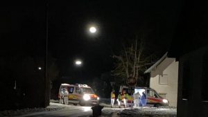 in Großaufgebot aus Polizei und Rettungskräften zog in der Nacht zum Donnerstag die Aufmerksamkeit von Anliegern der Asylbewerberunterkunft im Ettringer Ortsteil Siebnach auf sich.