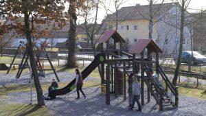 Eine Tempo-30-Zone wünschen sich Anlieger und Gemeinderäte in Ettringen in der Tussenhauser Straße, um Kinder auf dem Weg zur Schule oder zum nahen Spielplatz (Foto) vor Rasern zu schützen. Dass das Landratsamt dies ablehnt, ärgert die Ettringer Gemeinderäte mächtig. Bild: Reinhard Stegen