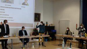 Die Hand zum Schwur: Steffi Rusp (Mitte) und Gabriele Strüwing wurden von Bürgermeister Robert Sturm als neue Gemeinderätinnen vereidigt. Sie folgen auf Ulrich Plukas und Markus Maier. Foto: Regine Pätz
