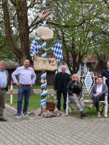 Stolz auf ihren besonderen Maibaum (von links): Ludwig Wagner, 2. Bürgermeister Roland Wagner, Stefan Fischer, Renate Huber, Silvia Lutz und Xaver Wiedemann. Foto Mindelheimer Zeitung