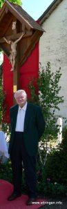 Das Kreuz am Brunnenplatz wurde in im Jahr 2005 von Herrn Anton Käsbauer restauriert und von Herrn Dieter Kühnel bemalt. Die Segnung durch H. H. Pfarrer Pater Michael fand im Rahmen der Fronleichnamsprozession statt.