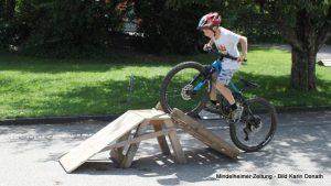 Gutes Balancegefühl ist nötig, wenn man den Mountainbike-Parcours der Ettringer Schule bewältigen will. Bei der Präsentation der ersten Unterallgäuer Schoolbiker-Schule gab es davon eine Kostprobe.