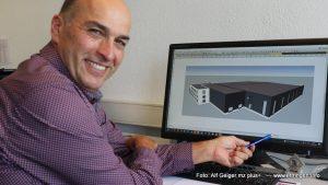"""Franz Anton, Geschäftsführer von H.I.T. Maschinenbau, hat gut lachen: Sein Unternehmen investiert rund zehn Millionen Euro in den Neubau eines neuen Werkes im """"Interkommunalen Gewerbepark A96"""" nahe Bad Wörishofen. Derzeit laufen die Planungen auf Hochtouren"""