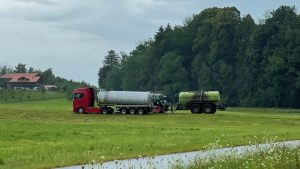Die Gülle kommt mit dem Tanklastzug: Unser Leser Stefan Nitschke hat diese Szene bei Untermaiselstein (Kreis Oberallgäu) fotografiert.