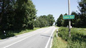 Der Weiler Goldene Weide wird mit einem Geh- und Radweg mit Hiltenfingen verbunden. Auch eine beidseitige Bushaltestelle soll dort entstehen. Foto: Hieronymus Schneider